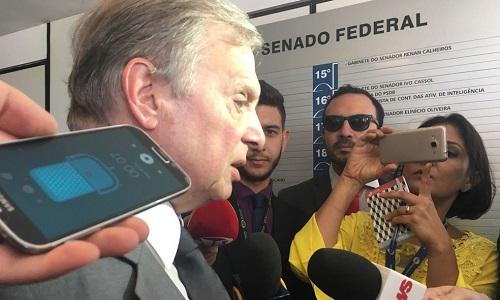 Tasso pede que Aécio renuncie ao comando do PSDB