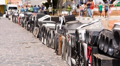 Prefeitura destrói equipamentos de som em via pública em Feira de Santana