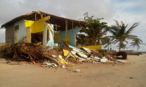 Mar avança e destrói  uma barraca na orla de Belmonte