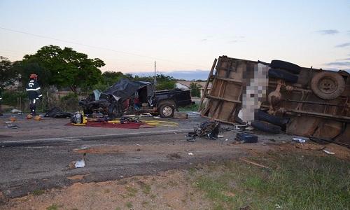 Batida frontal entre caminhão e caminhonete deixam 3 mortos na BA-262