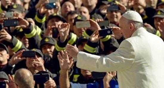 A bronca do papa Francisco em fiéis e padres que usam celular durante a missa