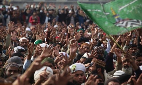 Líder religioso pede fim dos protestos no Paquistão, após demissão de ministro