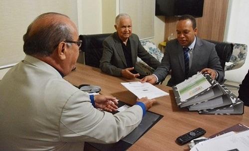 Presidente da Câmara recebeu o Plano Municipal de Gestão Integrada de Resíduos Sólidos