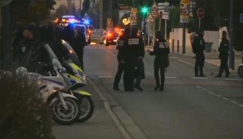 Carro atropela pessoas em frente a uma escola na França