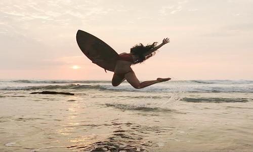 Dani Suzuki curte surf trip e mostra corpo escultural