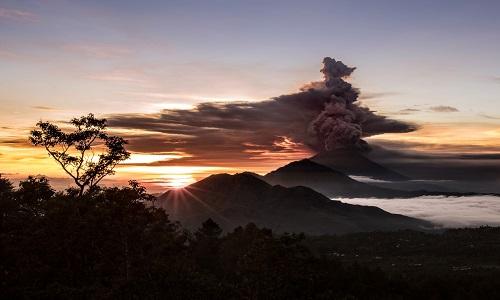 Vulcão em atividade força cancelamento de dezenas de voos em Bali