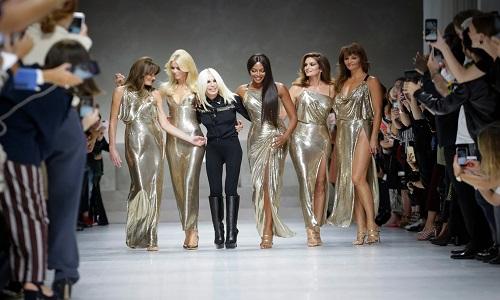 Versace comemora 40 anos e reúne modelos emblemáticas