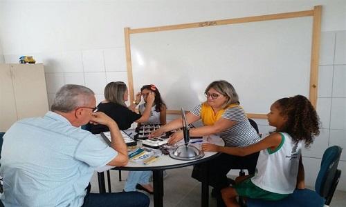 Fundação doa óculos para alunos de escolas municipais através do projeto Projeto Ver e Viver