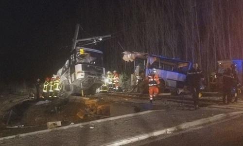 Batida entre ônibus escolar e trem com vítimas fatais na França