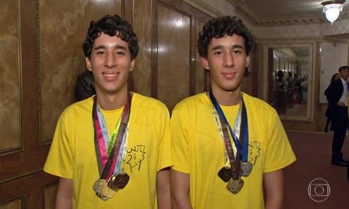 Gêmeos que ganharam 62 medalhas na escola viram colegas na faculdade de estatística