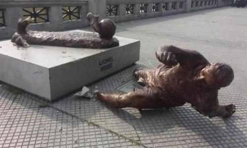 Estátua de Messi é derrubada pela segunda vez na Argentina