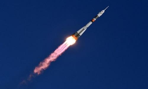 Nave Soyuz decola para Estação Espacial Internacional com três astronautas