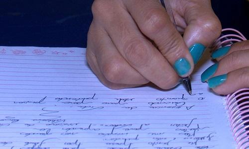 Mulher presa por tráfico se 'apaixona' por literatura e passa a escrever poemas