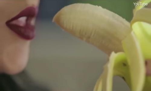 Cantora é condenada à prisão por comer banana em videoclipe