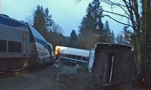 Trem descarrila em viaduto dos EUA