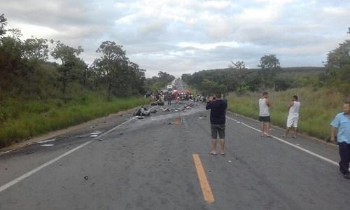 Acidente envolvendo vários veículos deixa mortos e feridos na BR-251