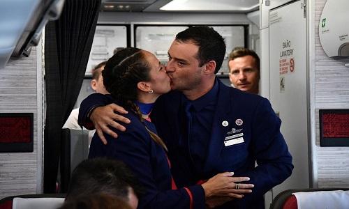 Papa Francisco faz casamento de comissários de bordo durante voo