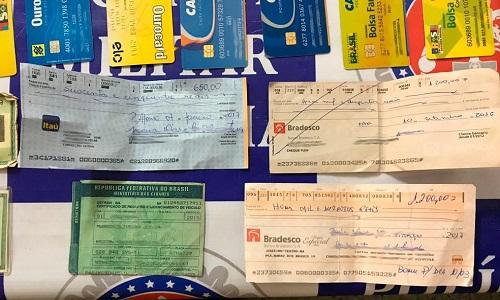 Preso agiota com 65 cartões de banco e do Bolsa Família retidos de vítimas