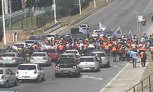 Trabalhadores de obra do metrô bloquearam Av. Paralela, em Salvador