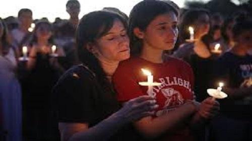 Vigília em memória das  vítimas de massacre em escola da Flórida nos EUA