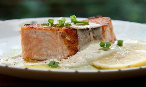 Salmão grelhado com chantilly de wasabi