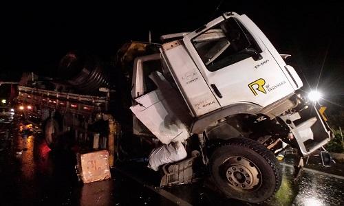 Motorista de caminhão morre em batida com carreta na BR-242