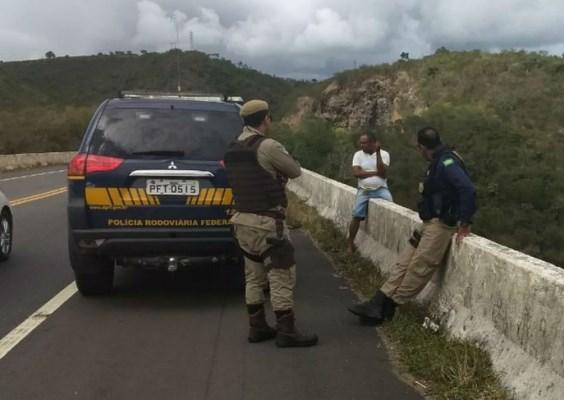 Homem mata companheira e tenta se jogar  de ponte em Cachoeira
