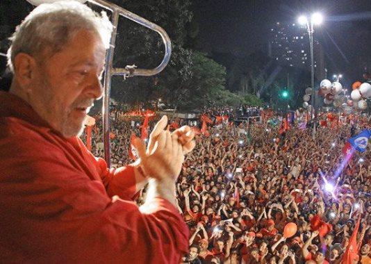 """""""Se prender Lula, o morro vai descer"""" foliões mandam recado ao STF na Sapucaí"""