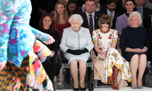 Rainha Elizabeth assiste desfile na Semana de Moda de Londres