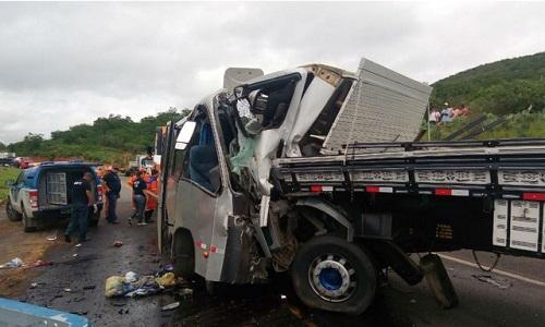 Acidente entre micro-ônibus e caminhão deixa um morto e 32 feridos