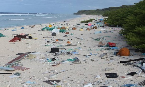 Oceanos recebem pelo menos 25 milhões de toneladas de lixo