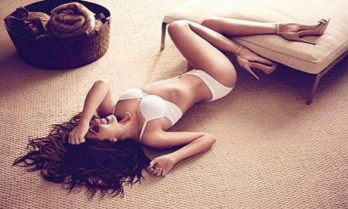 Giovanna Antonelli encanta ao posar de lingerie