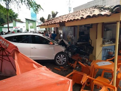 Funcionário  da CF tem enfarto ao volante e bete o veículo em quiosque