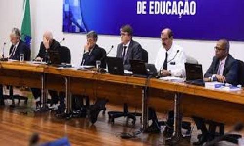 Português e matemática são destaque em versão da base curricular do ensino médio