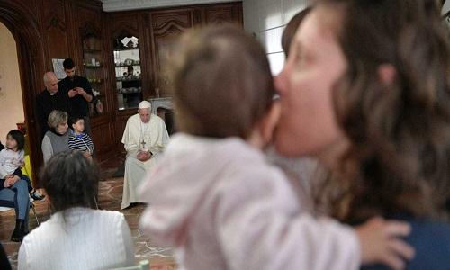 O papa fez uma visita surpresa a prisioneiras na Itália