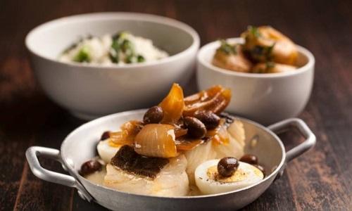 Bacalhau com batatas ao murro e cebolas assadas
