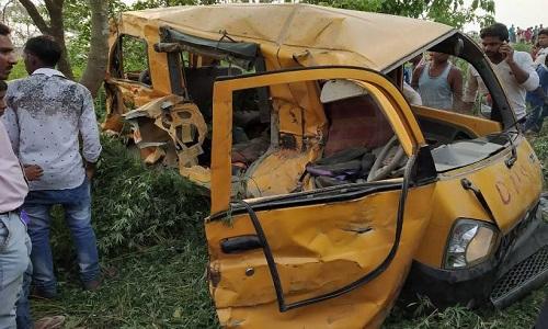 Colisão de trem com van escolar deixa 13 crianças mortas na Índia
