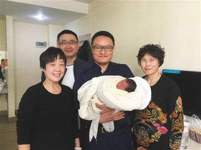 Bebê nasce na China mais de quatro anos após morte dos pais