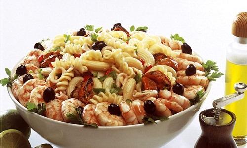 Salada de macarrão com frutos do mar