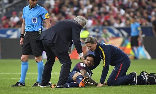 Daniel Alves fica 3 semanas fora e pode perder estreia na Copa