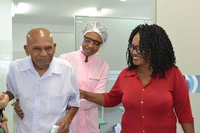 Paciente com câncer recebem visita de profissionais da Saúde em sua residencia