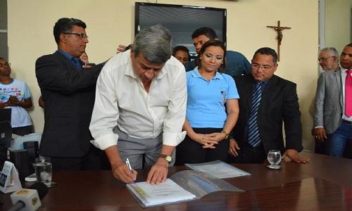 O prefeito assinou a licitação do projeto para a construção da sede para Autistas