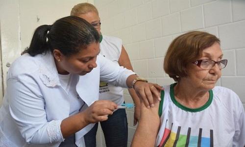 Idosos estão sendo vacinados contra H1N1 em Feira de Santana