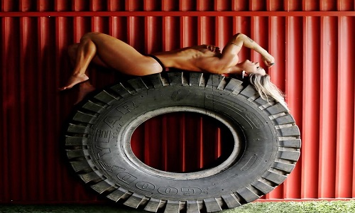 Juju Salimeni posou sensual deitada em pneu