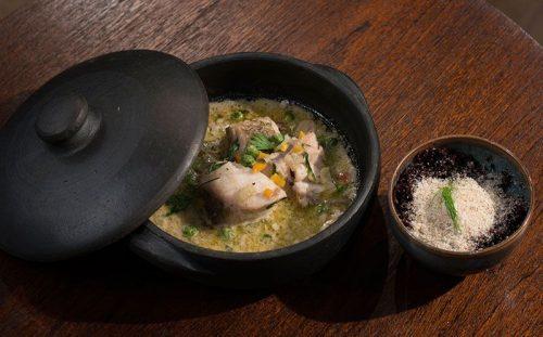 Caldeirada de coco com pescada e arroz negro