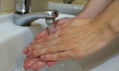 Lavar as mãos reduz a contaminação por vírus e bactérias
