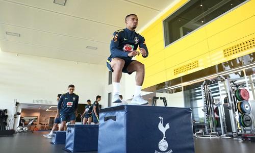 Seleção faz exercício físico na academia do CT do Tottenhamfaz