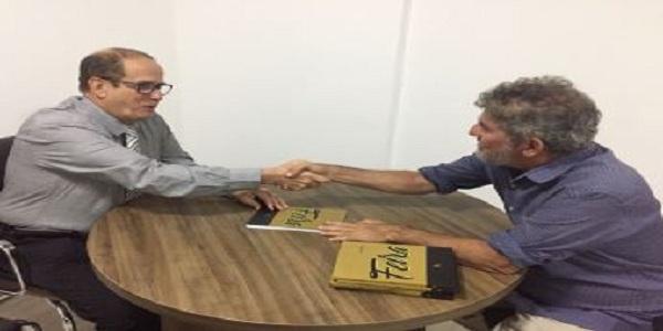 O jornalista Jânio Rego autografa livros para 'União Médica' presentear parceiros