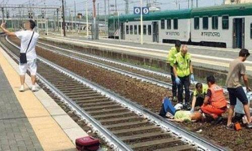 Homem faz selfie após idosa sofrer acidente em trem