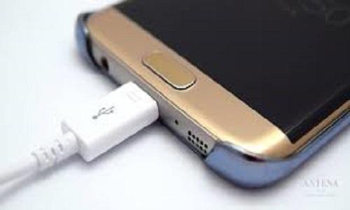 Carregador inadequado em celular pode causar estragos